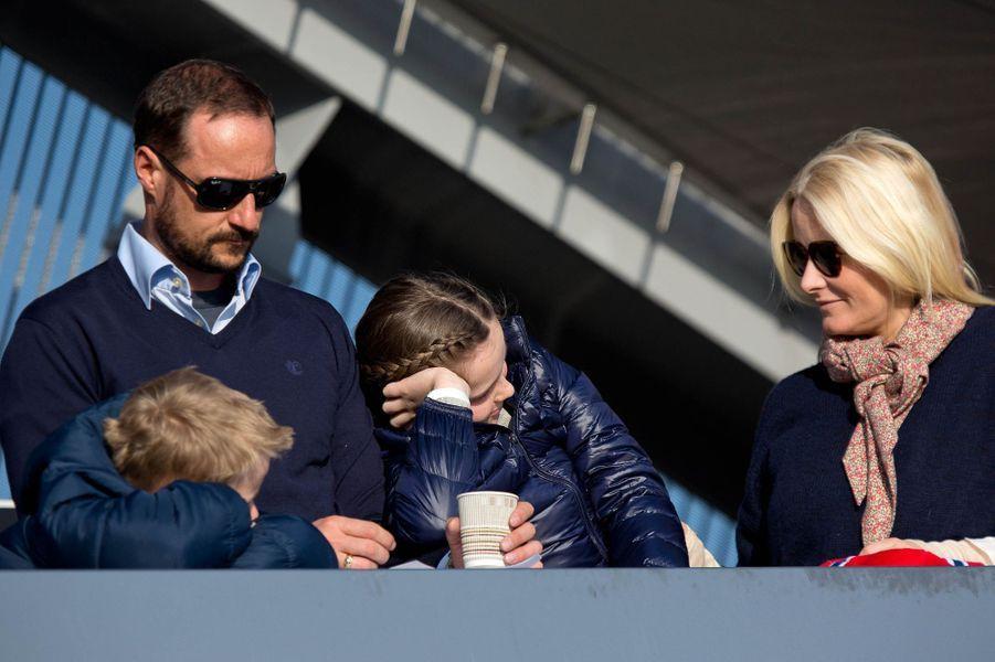 La princesse Mette-Marit et le prince Haakon de Norvège avec leurs enfants à Oslo, le 15 mars 2015
