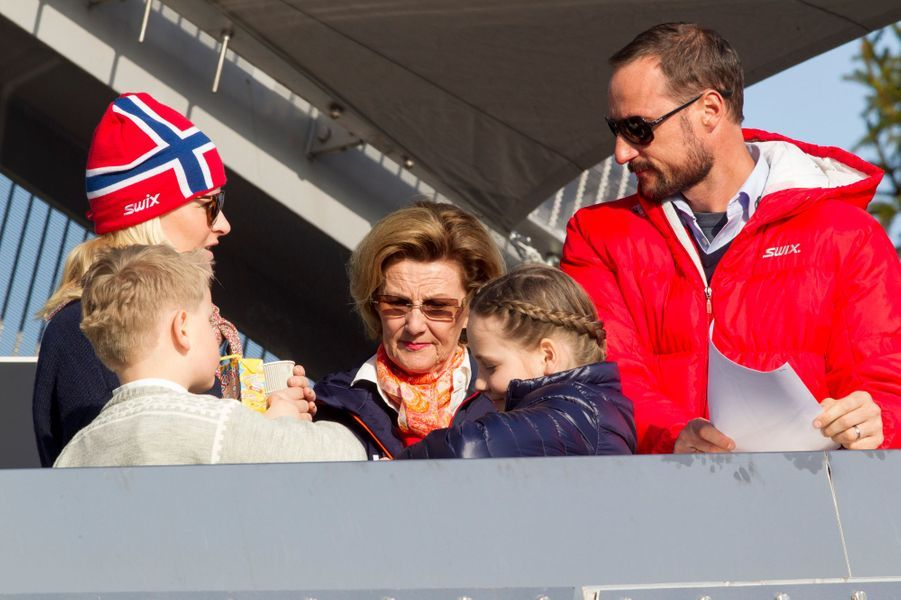 La princesse Mette-Marit et le prince Haakon de Norvège avec leurs enfants et la reine Sonja à Oslo, le 15 mars 2015