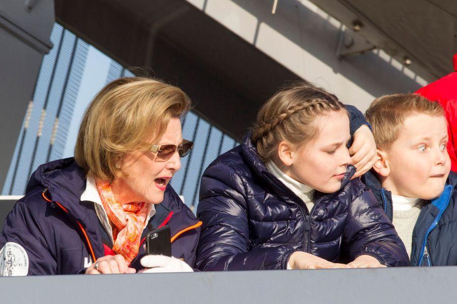 La reine Sonja avec ses petits-enfants Ingrid-Alexandra et Sverre-Magnus à Oslo, le 15 mars 2015