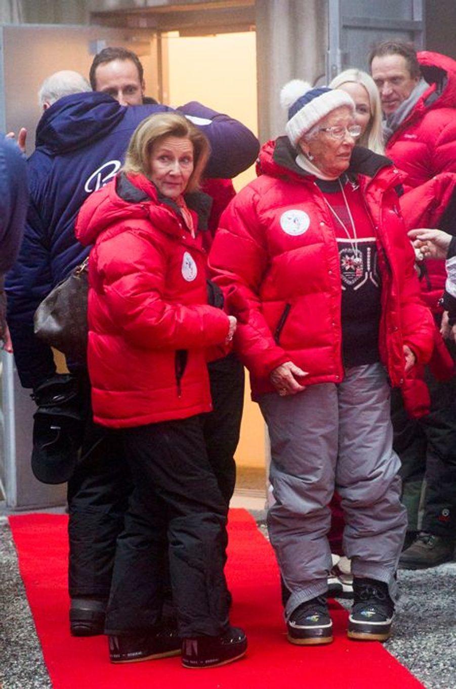 La reine Sonja de Norvège et sa belle-soeur la princesse Astrid à la Holmenkollen FIS World Cup Nordic à Oslo, le 7 février 2016