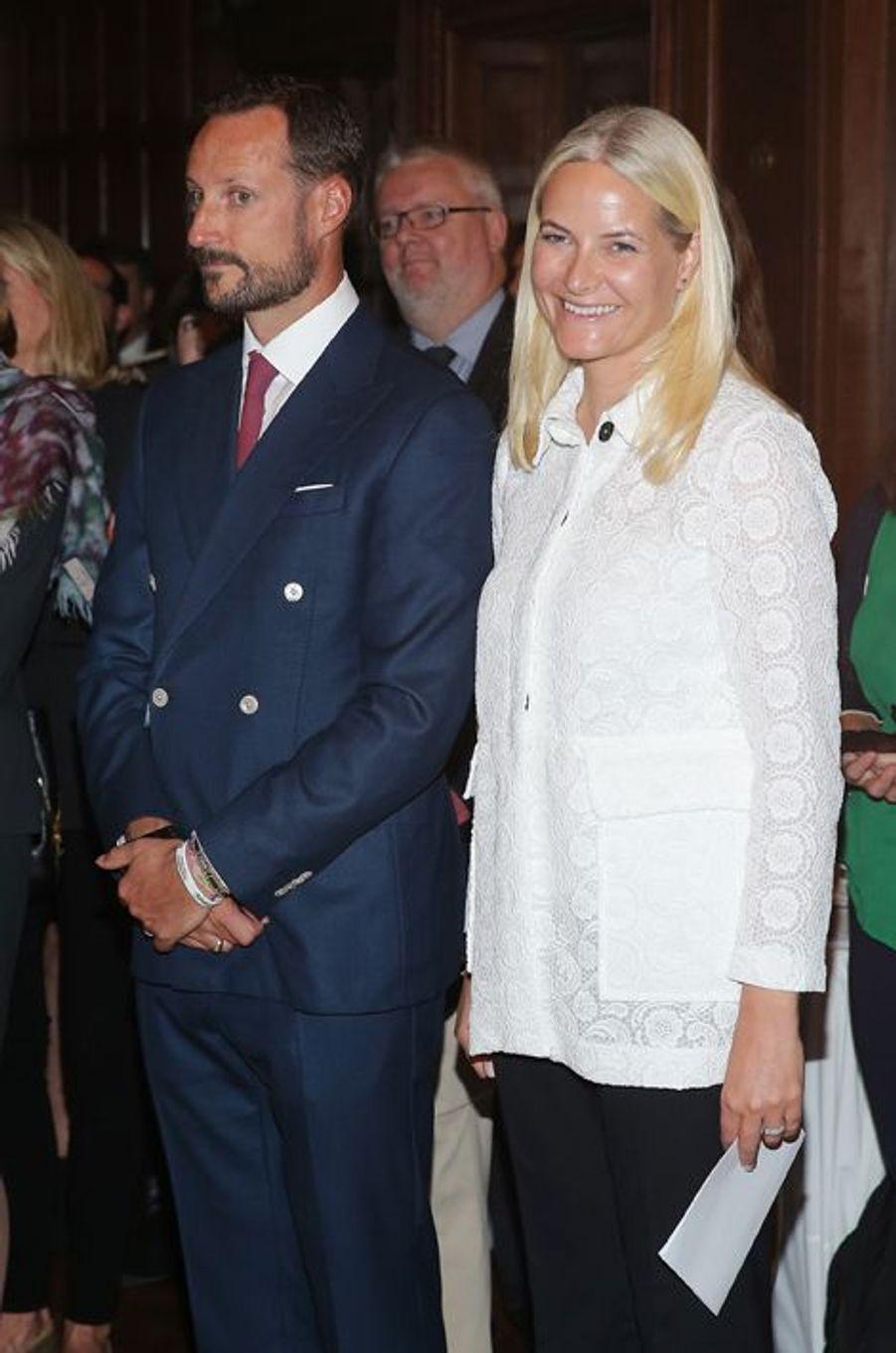 La princesse Mette-Marit et le prince Haakon de Norvège au musée de design Cooper Hewitt à New York, le 8 octobre 2015