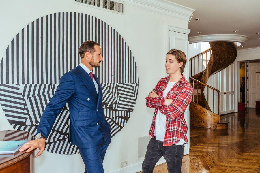 Le prince Haakon de Norvège avec le chanteur et producteur Kygo à New York, le 8 octobre 2015