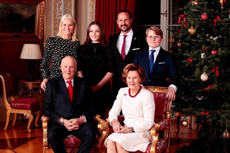 La reine Sonja, le roi Harald V, les princesses Mette-Marit et Ingrid Alexandra, les prince Haakon et Sverre Magnus de Norvège au Palais royal à Oslo. Photo diffusée le 16 décembre 2019
