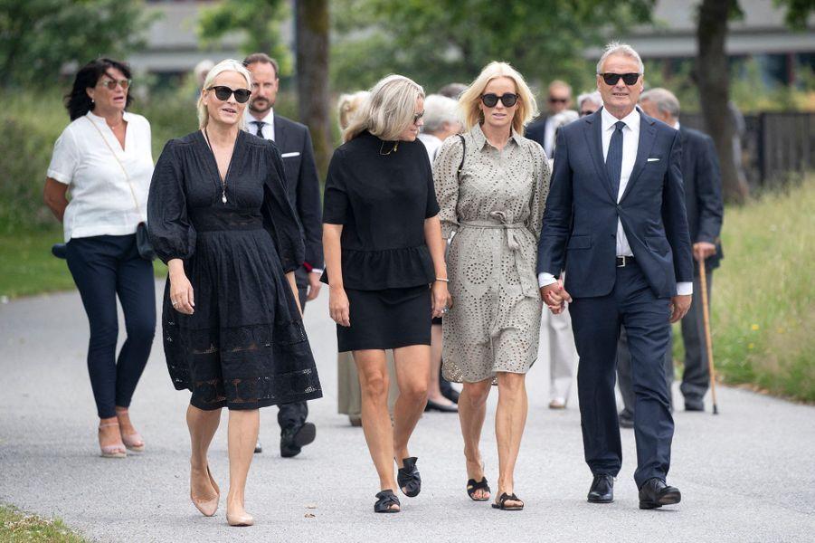 La princesse Mette-Marit avec son mari le prince héritier Haakon de Norvège, sa soeur Kristin, son frère Espen, sa belle-soeur Renate et sa nièce Tuva à Kristiansand, le 29 juin 2020