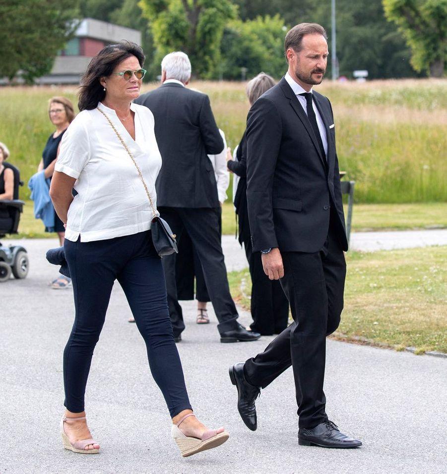 Le prince héritier Haakon de Norvège avec sa belle-soeur Kristin Høiby Bjørnøy à Kristiansand, le 29 juin 2020