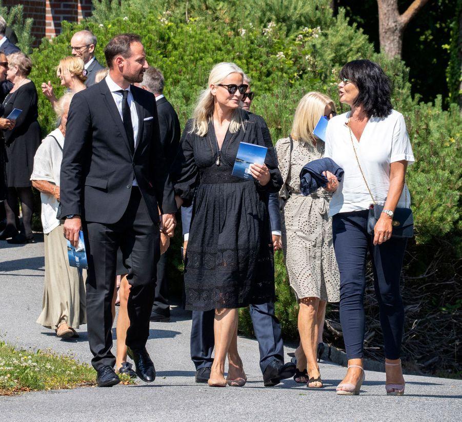 La princesse Mette-Marit de Norvège avec son mari le prince héritier Haakon et sa soeur Kristin Høiby Bjørnøy à Kristiansand, le 29 juin 2020