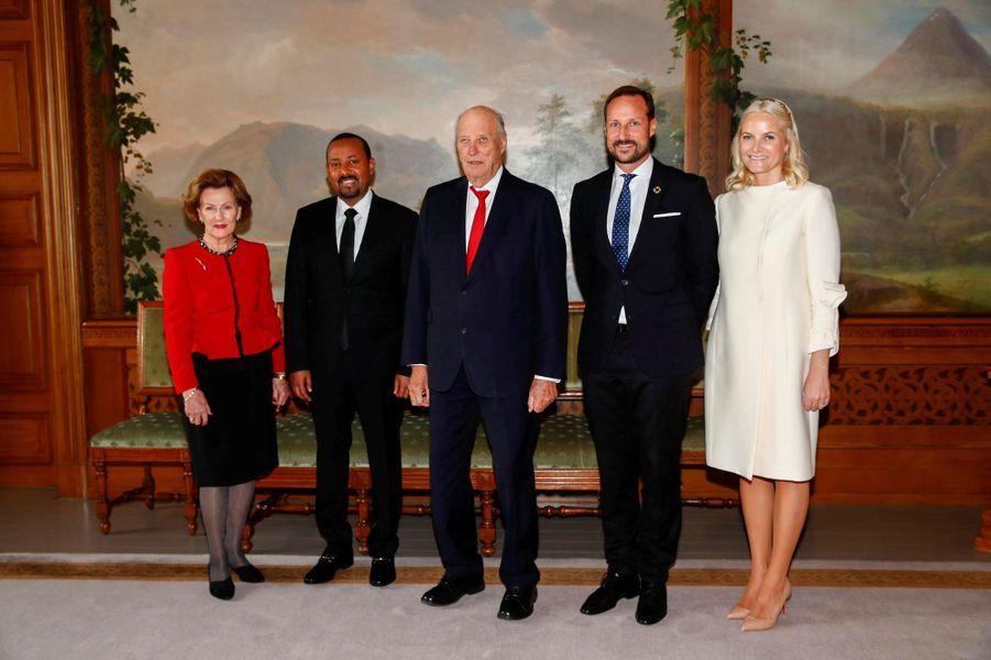 La reine Sonja, le roi Harald V, le prince Haakon et la princesse Mette-Marit de Norvège avec le prix Nobel de la paix 2019 à Oslo, le 10 décembre 2019