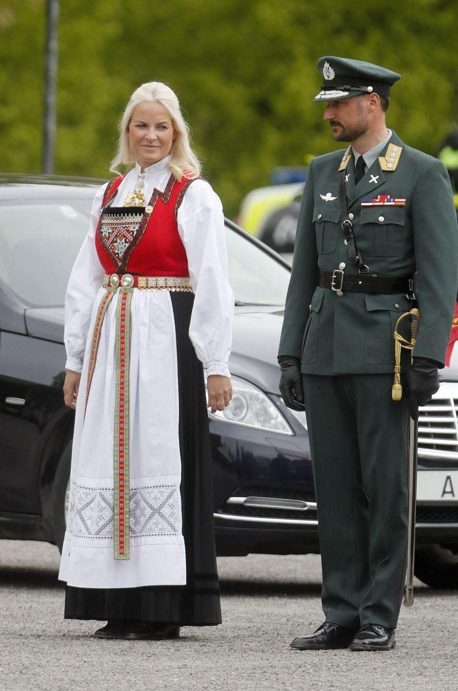 La princesse Mette-Marit, en bunad, et le prince Haakon de Norvège à Oslo, le 8 mai 2020