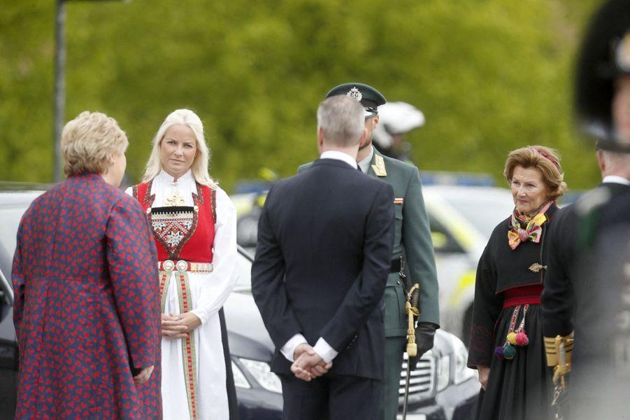 La princesse Mette-Marit, le prince Haakon et la reine Sonja de Norvège à Oslo, le 8 mai 2020