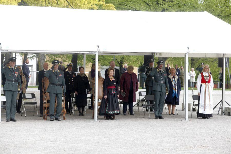 La reine Sonja, le roi Harald V, la princesse Mette-Marit et le prince Haakon de Norvège à Oslo, le 8 mai 2020