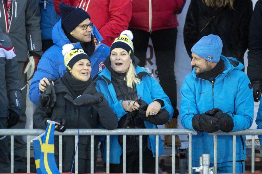 La princesse Victoria et le prince Daniel de Suède avec la princesse Mette-Marit et le prince Haakon de Norvège à Are, le 8 février 2019