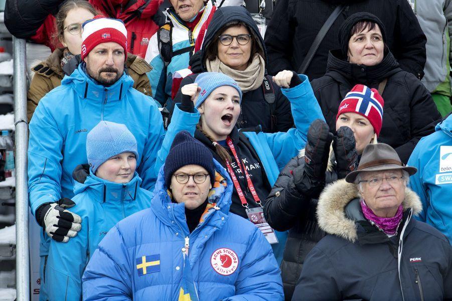 La princesse Mette-Marit et le prince Haakon de Norvège avec leurs enfants et le roi Carl XVI Gustaf de Suède à Are, le 10 février 2019
