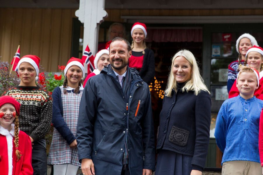 La princesse Mette-Marit et le prince Haakon devant la maison du Père Noël à Drobak, le 15 septembre 2015