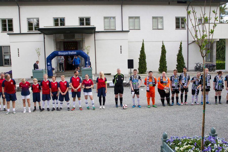 Les deux équipes engagées dans le match de football à Asker, le 29 mai 2019