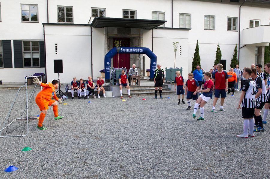 Le match de football devant la résidence du prince héritier de Norvège à Asker, le 29 mai 2019