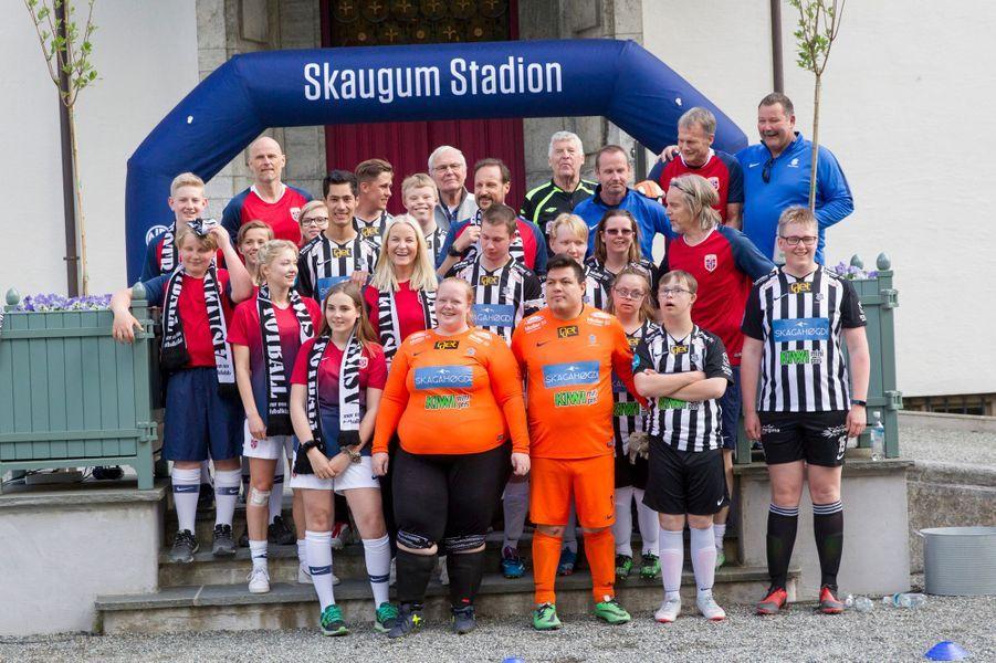 La princesse Mette-Marit, le prince Haakon de Norvège et leurs enfants avec les autres joueurs lors du match de foot à Asker, le 29 mai 2019
