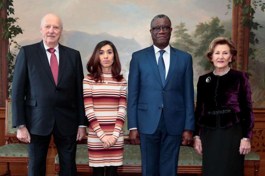 La reine Sonja et le roi Harald V de Norvège avec Nadia Murad et Denis Mukwege à Oslo, le 10 décembre 2018