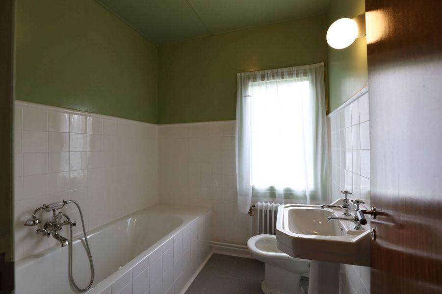 La salle de bains reconstituée de la maison d'enfance de la future reine Sonja de Norvège, au musée Maihaugen à Lillehammer, le 25 septembre 2020