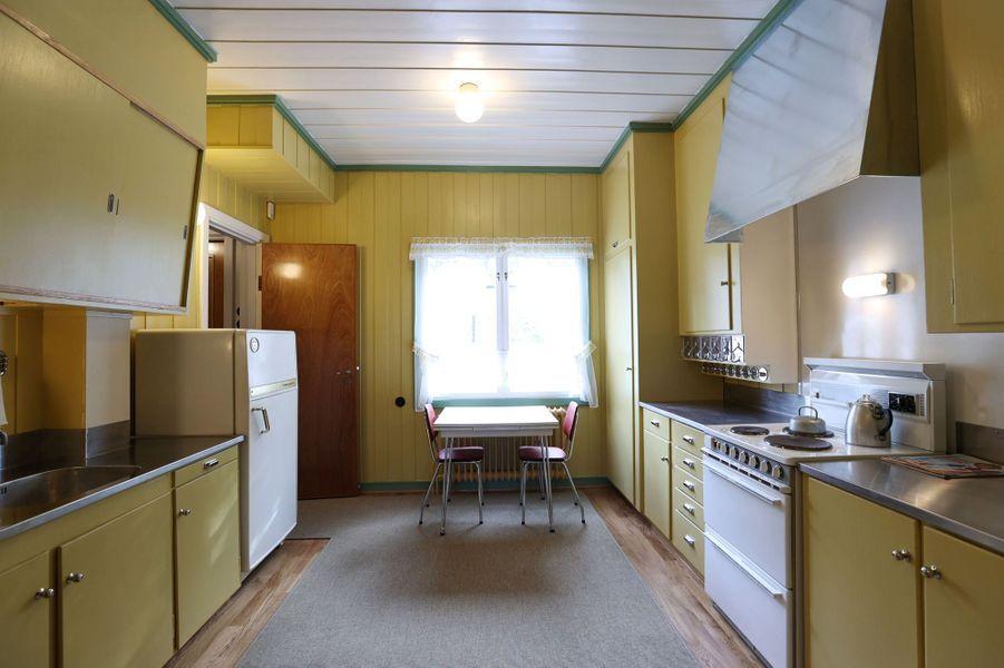 La cuisine reconstituée de la maison d'enfance de la future reine Sonja de Norvège, au musée Maihaugen à Lillehammer, le 25 septembre 2020