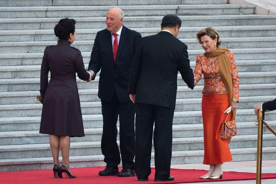 La reine Sonja et le roi Harald V de Norvège avec le couple présidentiel chinois à Pékin, le 16 octobre 2018