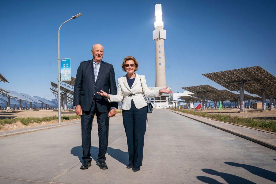 La reine Sonja et le roi Harald V de Norvège visitent la centrale solaire de Dunhuang, le 12 octobre 2018