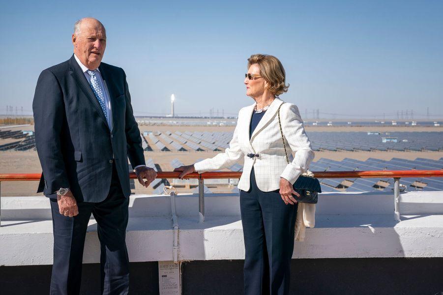 La reine Sonja et le roi Harald V de Norvège à la centrale solaire de Dunhuang, le 12 octobre 2018