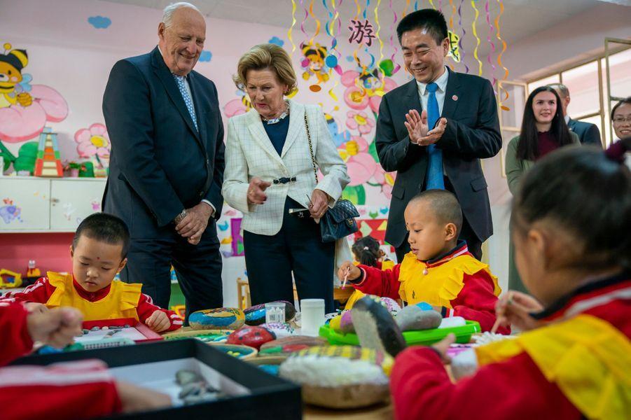 La reine Sonja et le roi Harald V de Norvège dans une école à Dunhuang, le 12 octobre 2018