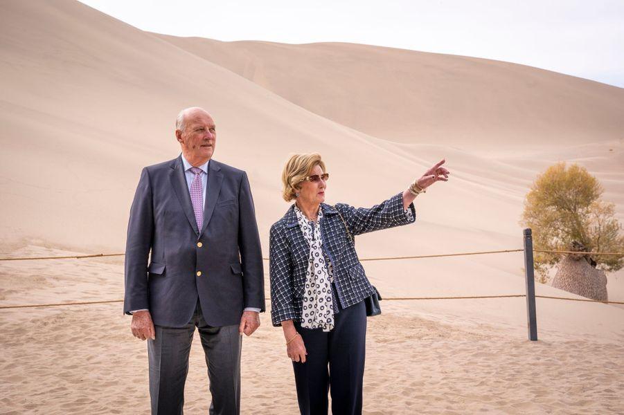 La reine Sonja et le roi Harald V de Norvège dans le désert de Gobi, le 13 octobre 2018
