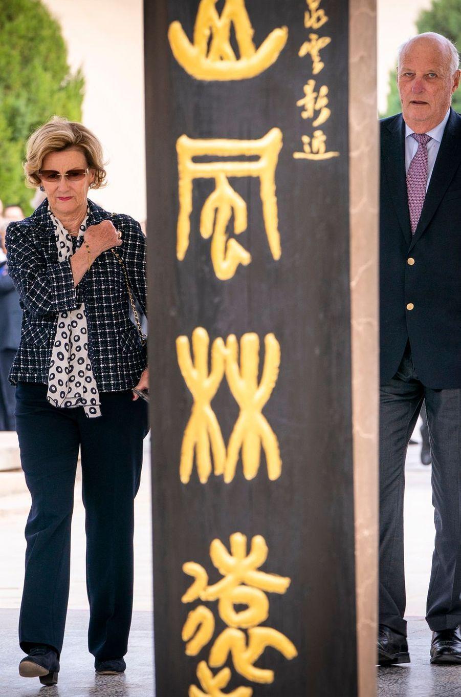 La reine Sonja et le roi Harald V de Norvège à Dunhuang, le 13 octobre 2018