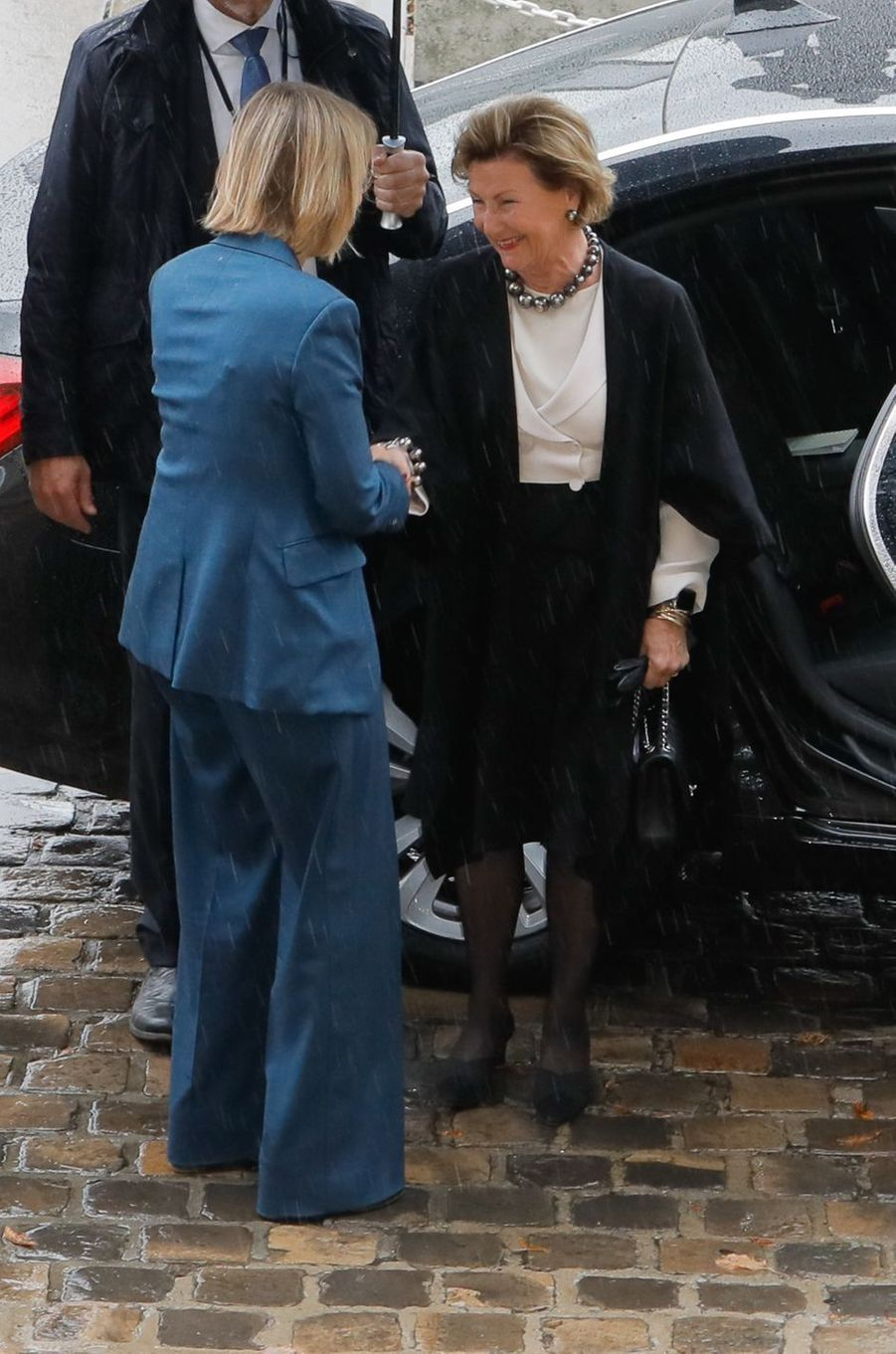 La reine Sonja de Norvège accueillie par la ministre de la Culture Françoise Nyssen à son arrivée à Sèvres, le 23 septembre 2018