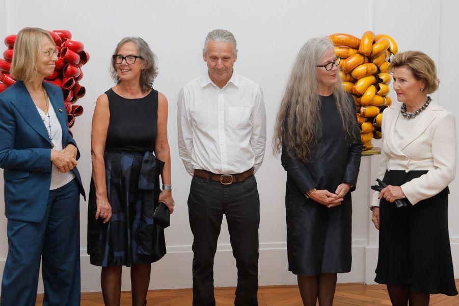La reine Sonja de Norvège avec Françoise Nyssen et les artistes norvégiens qui exposent à Sèvres, le 23 septembre 2018