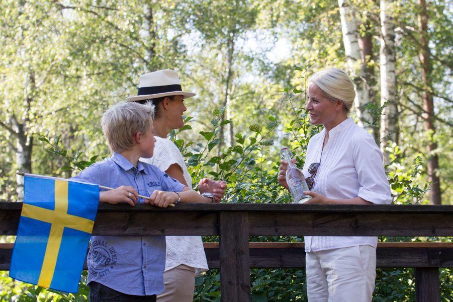 Les princesses Victoria de Suède et Mette-Marit de Norvège à la frontière norvégo-suédoise, le 22 août 2015