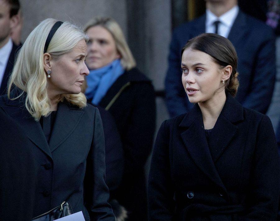 La princesse Mette-Marit de Norvège et Juliane Snekkstad, la petite amie de son fils aîné Marius Borg Hoiby, à Oslo le 3 janvier 2019