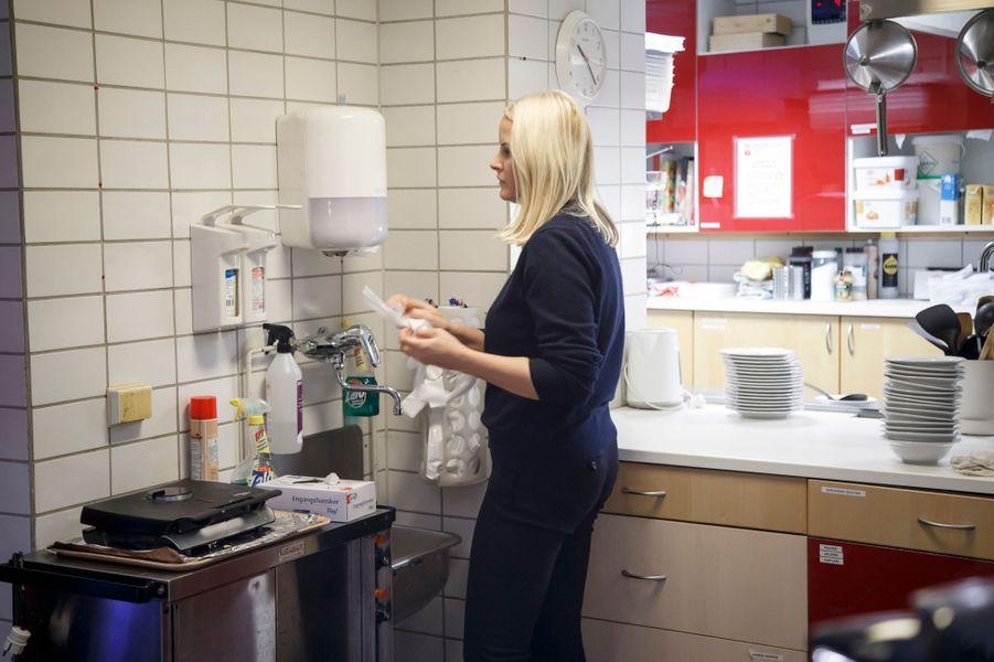 La princesse Mette-Marit de Norvège à la Kirkens Bymisjon à Oslo, le 12 décembre 2016