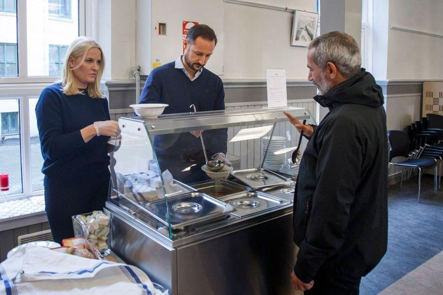 La princesse Mette-Marit et le prince Haakon de Norvège servent des petits-déjeuners à la Kirkens Bymisjon à Oslo, le 12 décembre 2016