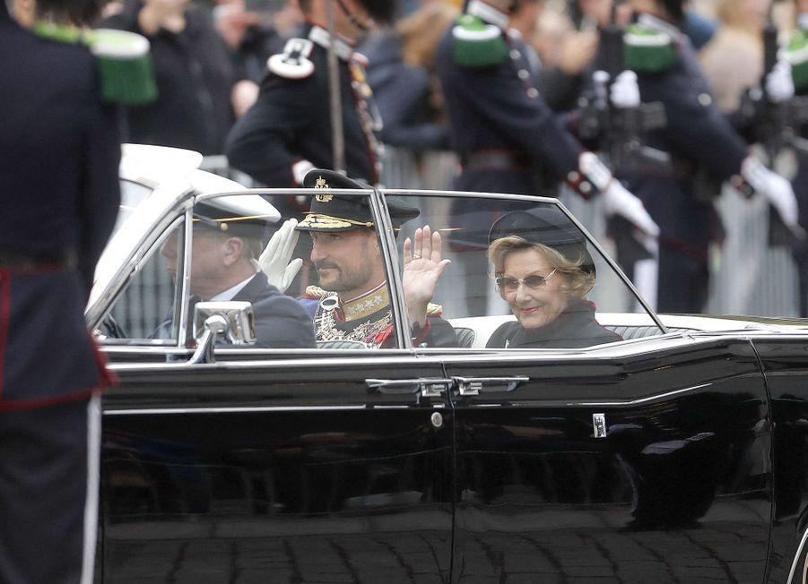 La reine Sonja et le prince héritier Haakon de Norvège arrivent au Storting à Oslo, le 2 octobre 2020