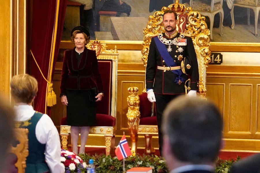 La reine Sonja et le prince héritier Haakon de Norvège lors de l'ouverture du Storting à Oslo, le 2 octobre 2020