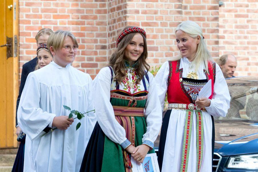 Le prince Sverre Magnus de Norvège avec sa mère et sa soeur, le 5 septembre 2020