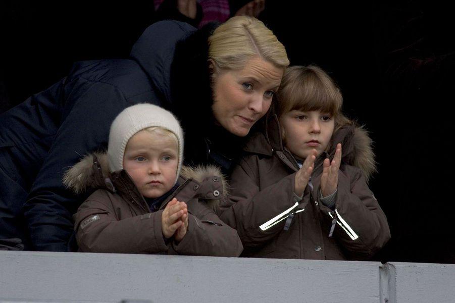 Le prince Sverre Magnus de Norvège avec sa mère et sa soeur, le 8 novembre 2009
