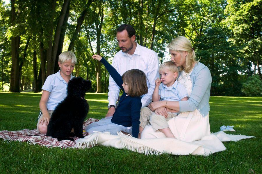Le prince Sverre Magnus de Norvège avec ses parents, sa soeur et son demi-frère, le 25 juillet 2009