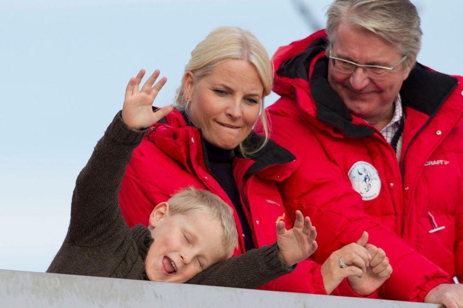 Le prince Sverre Magnus de Norvège avec sa mère, le 11 mars 2012