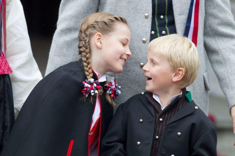 Le prince Sverre Magnus de Norvège avec sa soeur la princesse Ingrid Alexandra, le 17 mai 2012