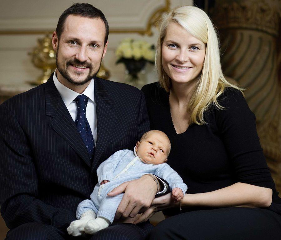 Le prince Sverre Magnus de Norvège avec ses parents la princesse Mette-Marit et le prince Haakon, le 8 décembre 2005