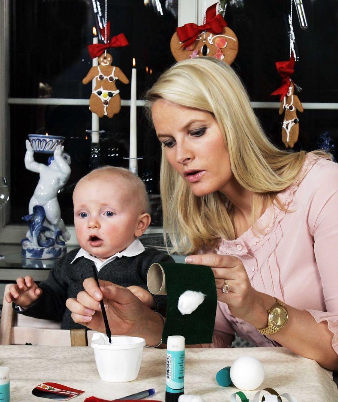 Le prince Sverre Magnus de Norvège avec sa mère la princesse Mette-Marit, le 12 décembre 2006