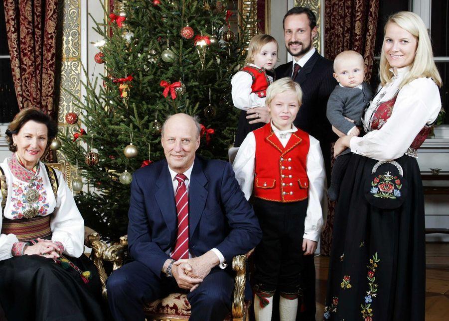 Le prince Sverre Magnus de Norvège avec ses parents, ses grands-parents, sa soeur et son demi-frère, le 20 décembre 2006