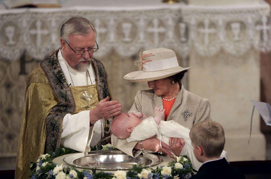 Le prince Sverre Magnus de Norvège avec sa grand-mère la reine Sonja, le 4 mars 2006, jour de son baptême