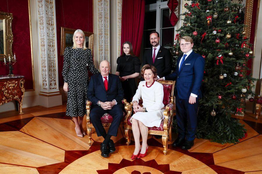 Le prince Sverre Magnus de Norvège avec ses parents, ses grands-parents et sa soeur, le 16 décembre 2019