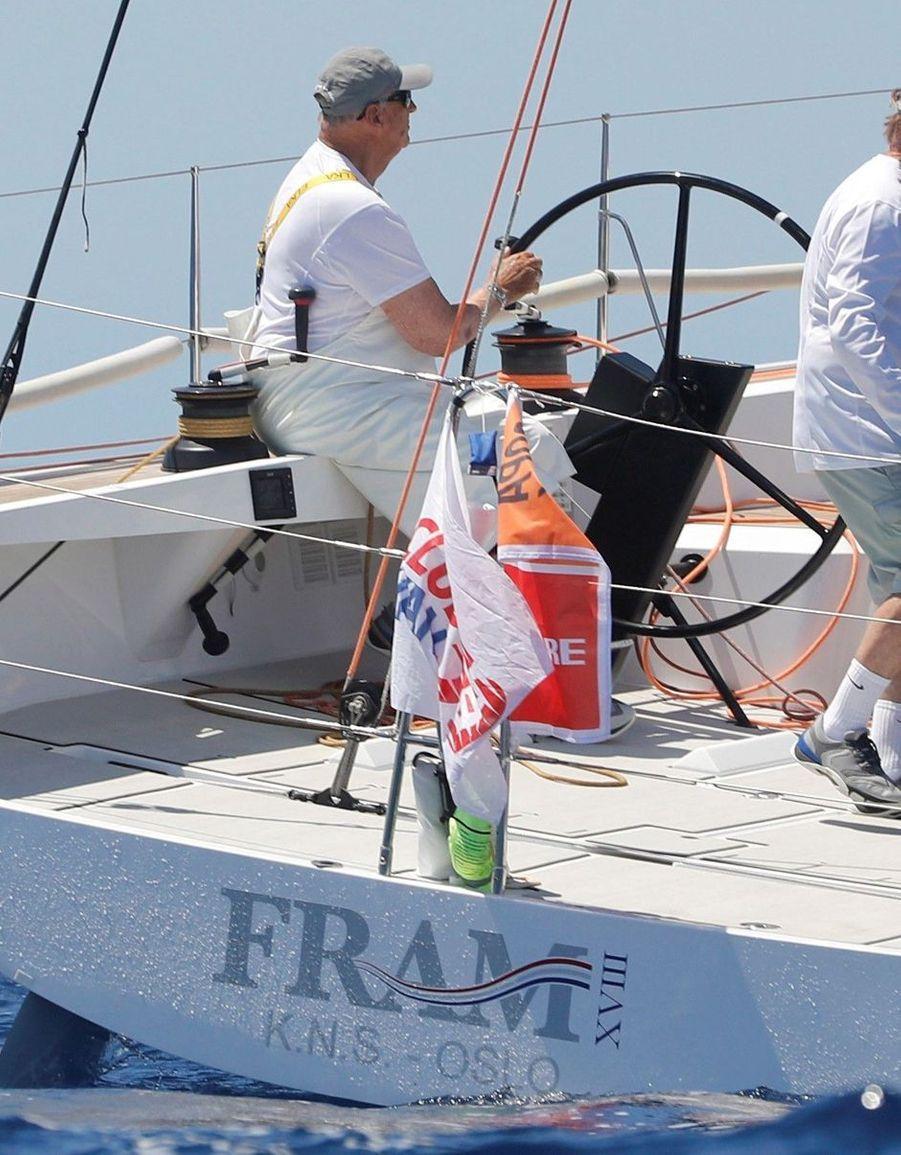 Le roi Harald V de Norvège à la barre du voilier Fram XVIII à Palma de Majorque, le 29 juillet 2019
