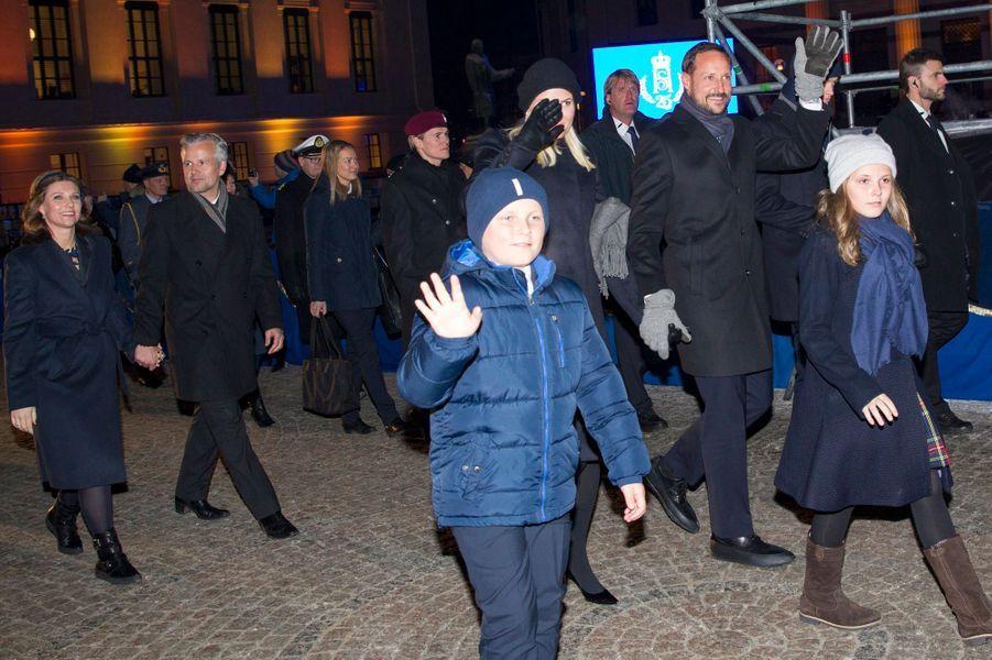 Le prince Haakon de Norvège et la princesse Mette-Marit et leurs enfants, avec la princesse Martha-Louise et son mari à Oslo, le 17 janvier 2016
