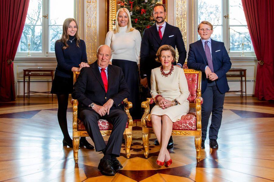 La famille royale de Norvège sur l'une de ses photos de Noël diffusées le 14 décembre 2018